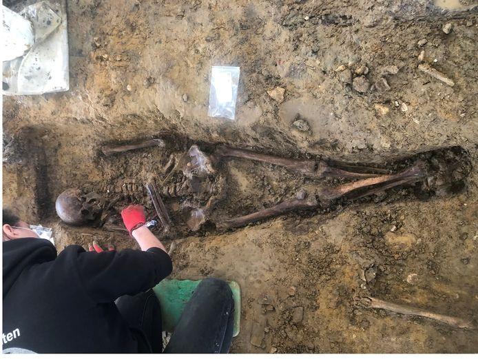 Het opgraven van skeletten is iedere keer weer een geduldig werk.