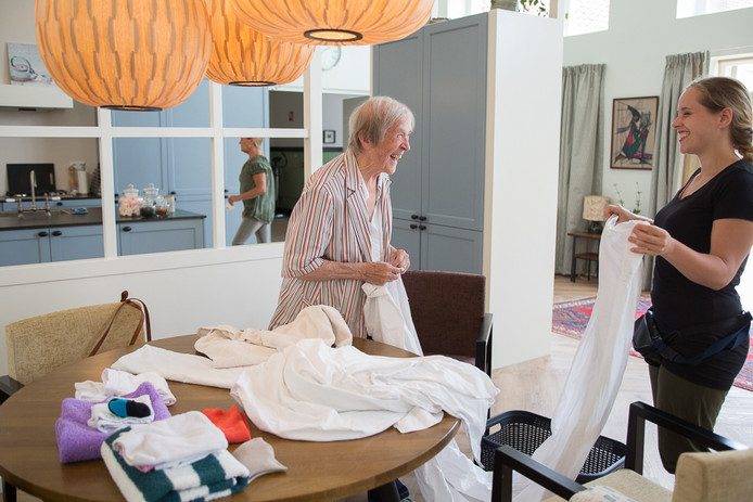Een bewoonster en een begeleidster in een woning van Wonen bij September elders in het land.