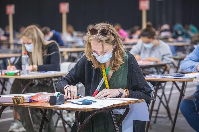 De studenten mondmasker aandoen.