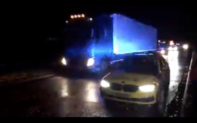 De vrachtwagen wordt weggeleid door de politie.