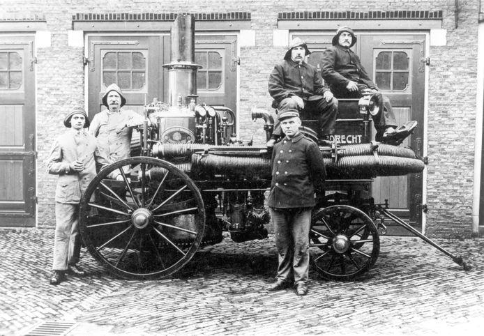 Het Koperen Dingetje, met bemanning. Ca. 1920