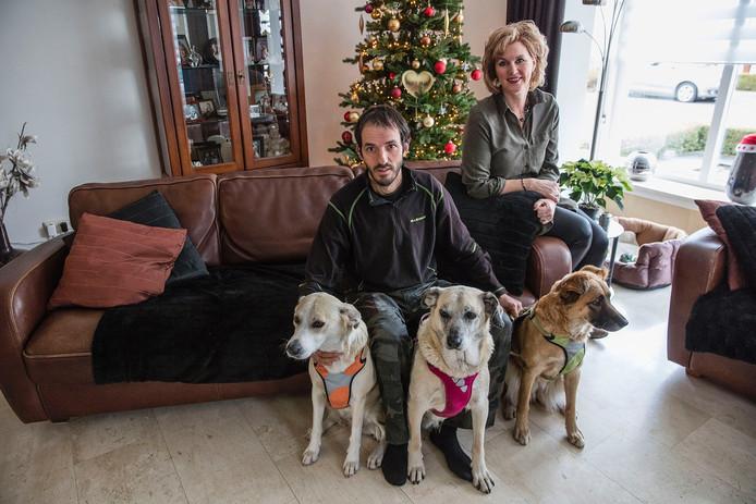 Paulo Teixeira met zijn honden, op de bank bij de familie Morssink in Gemert.