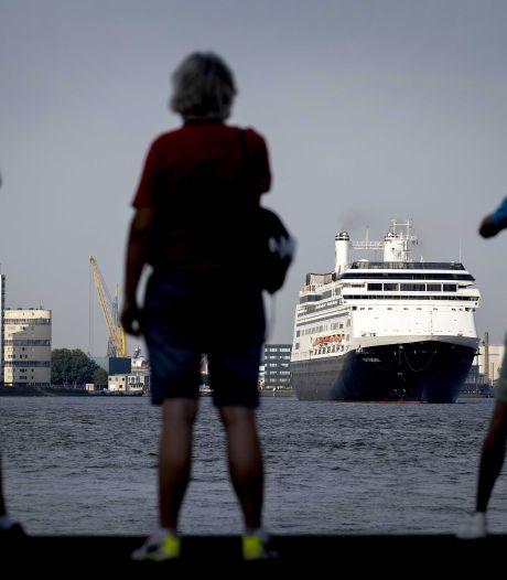 Daar gaat ze... Cruiseschip Rotterdam vaart onder grote belangstelling de stad uit