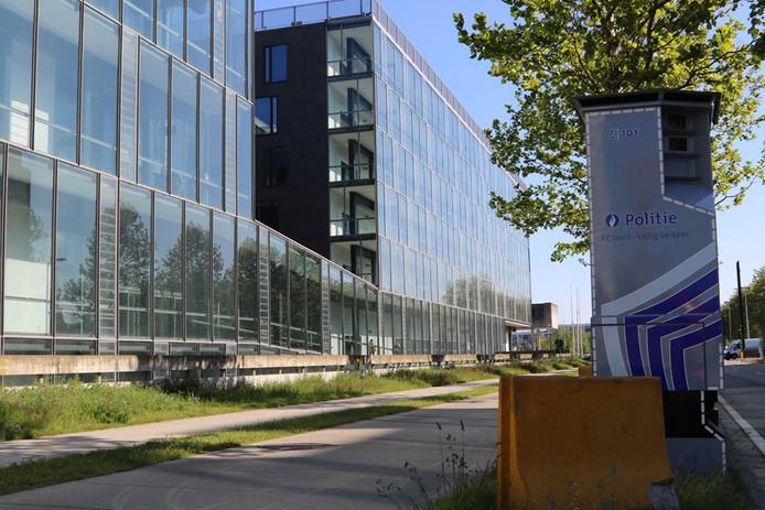 De flitspaal staat aan het nieuwe gerechtsgebouw.