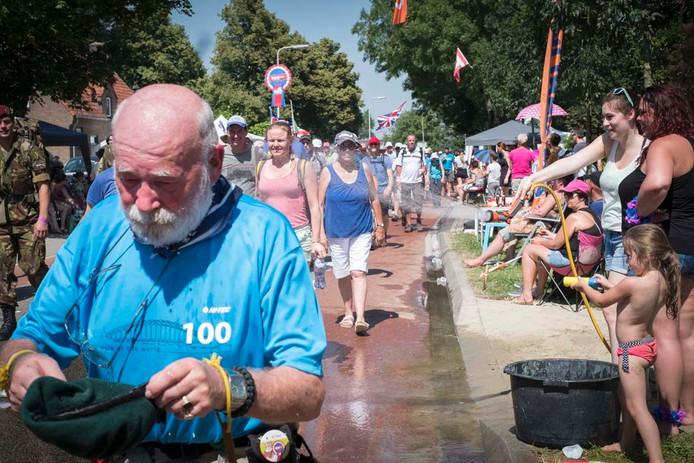 Nijmegen 1907- Start van 100-ster Nijmeegse wandel Vierdaagse: Doorkomst Oosterhout /EH-dgfoto: GW, Fotograaf: Erik van 't Hullenaar, Editie: Red Nijmegen