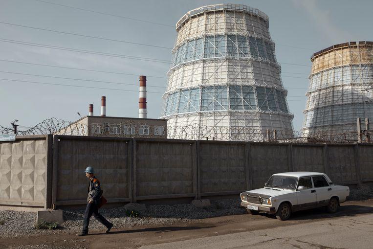 Een man onderweg naar zijn werk in het industriële gebied van Perm. Beeld Emile Ducke