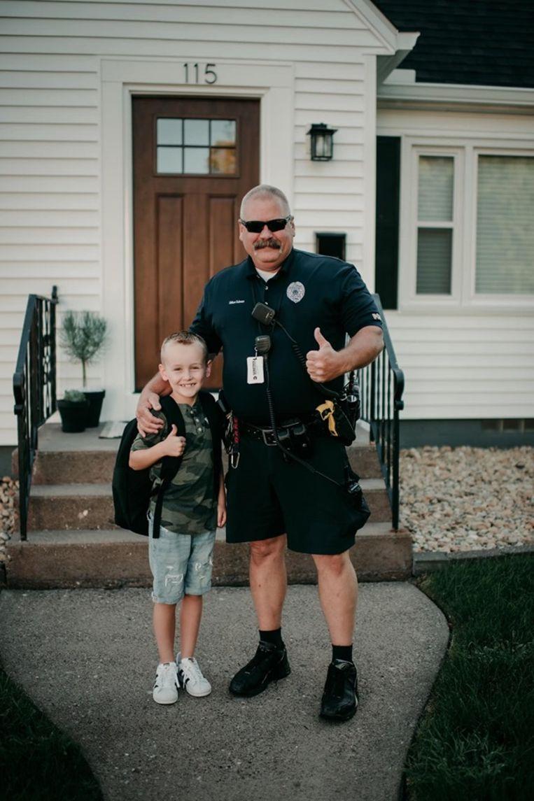 De agent/held met de zesjarige knaap.