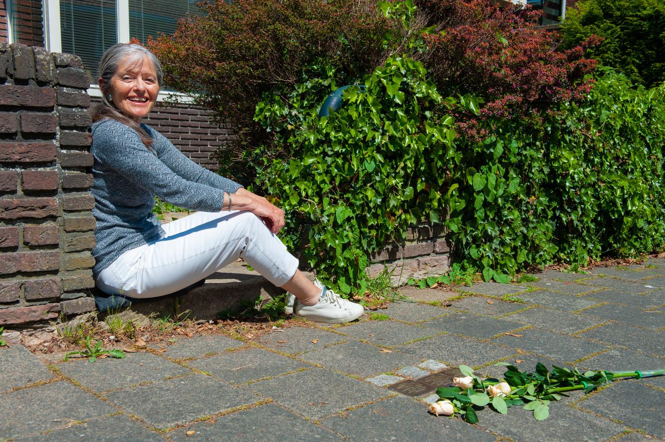 Soesja Citroen voor het huis waar de familie Linder tijdens de Tweede Wereldoorlog woonde. Stolpersteine in het plaveisel herinneren aan hen.