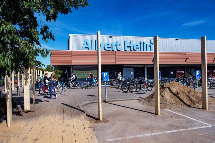 De plaatsing van een schutting langs Albert Heijn XL aan de St. Jacobslaan, ,in september, was de voorbode voor de grote verbouwing. Die gaat drie weken duren.