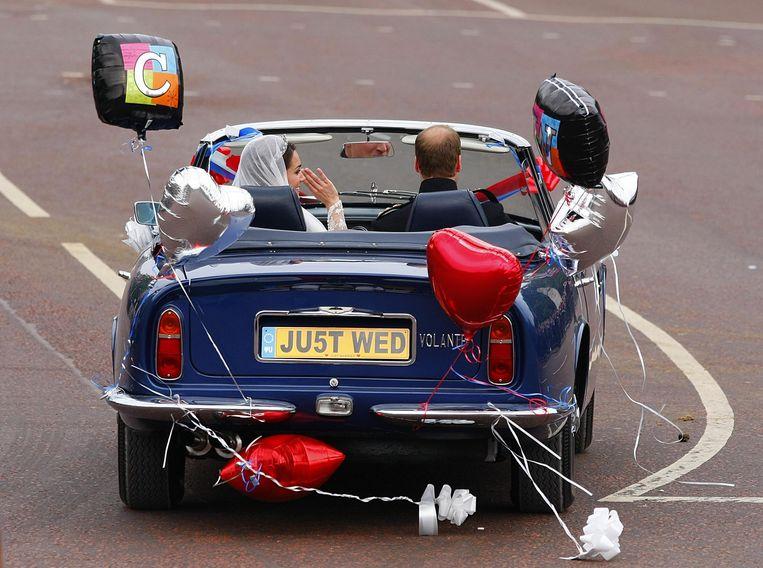 Prins William en zijn vrouw Kate rijden weg na hun huwelijk in 2011. Beeld AP