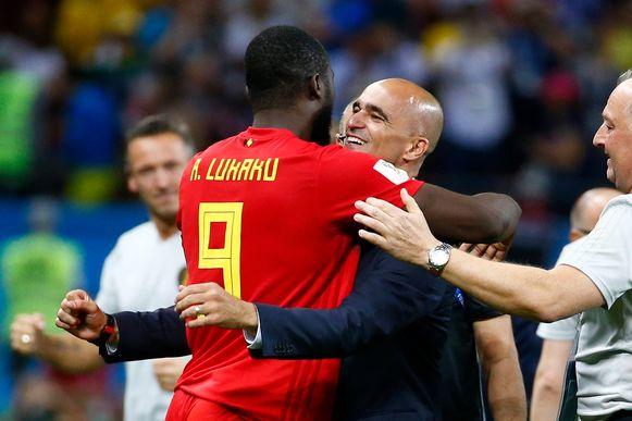 Roberto Martínez omarmt Romelu Lukaku nadat België vijfvoudig wereldkampioen Brazilië uitschakelde.