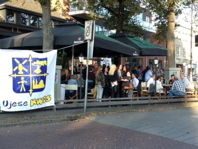 De Ujese Kwis is populair. Zondagmiddag werd de rij voor de inschrijving almaar langer.