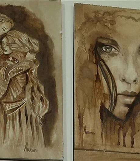 Arkan maakt kunst met koffie
