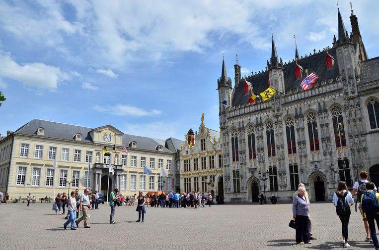 Het Brugse stadhuis (rechts) zal dinsdag blauw kleuren.