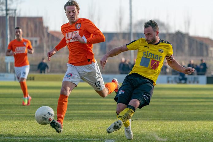 Matthieu van den Assem (l) moest na een uur voetballen met een rode kaart vertrekken.