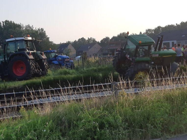 De tractor kwam schuin over de sporen te hangen waardoor het treinverkeer even stilgelegd moest worden.