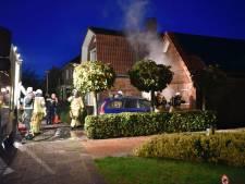 Auto vliegt in brand op oprit van woning in Wierden