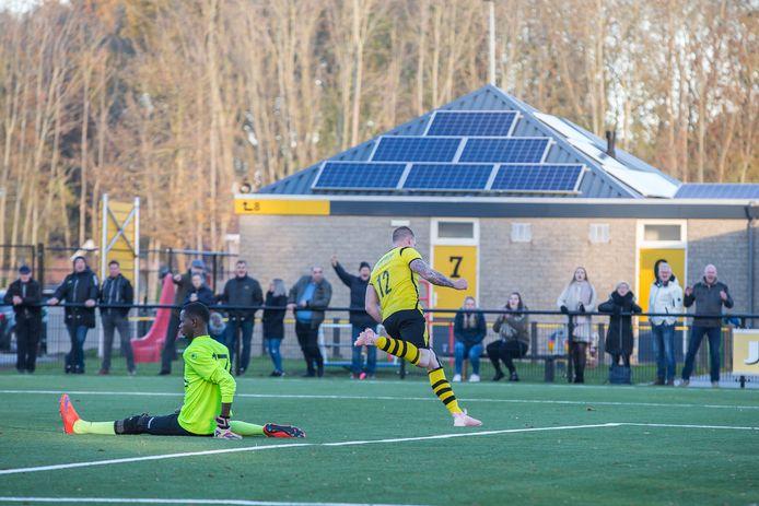 Thomas Vergunst, hier op archiefbeeld, kon tegen ex-club Oosterhout bijna twee keer juichen. De tweede treffer werd echter afgekeurd. (archieffoto)