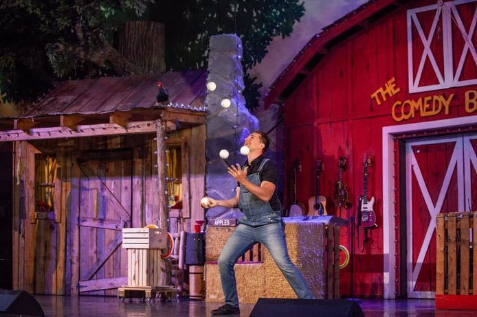 Niels Duinker in actie in het Comedy Barn Theater van Dolly Parton in Tennessee. Hier is z'n contract niet verlengd en hij stond op het punt naar Spijkenisse af te reizen tot het vliegverbod roet in het eten gooide.