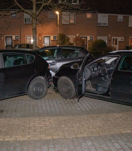 Man raakt onwel tijdens rijden en botst op twee geparkeerde auto's in Drunen
