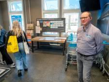 Robert Vroegop van Albert Heijn in Arnhem maakt tijd voor een warm welkom met 'anderhalve meter praatje'