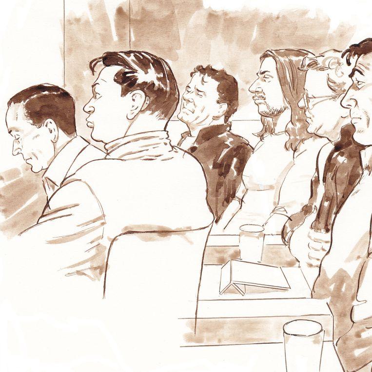 Mohammed 'Moppie' R., Jesse R., Jan-Hein Kuijpers (advocaat Mohammed R.), Fred R., Nico Meijering (advocaat Dino S.), Dino S., Nan-Paul de B. en Freek S. tijdens de behandeling van het hoger beroep in het Amsterdamse liquidatieproces Passage in het nieuwe Justitieel Complex op Schiphol.  Beeld ANP