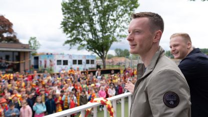 """De Esdoorn verwelkomt spelers KV als helden: """"Zelden zo'n voetbalgekke school gezien"""""""