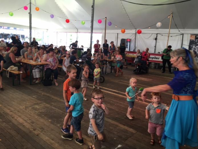 Kinderen genieten van de aftrap van Elastiek.