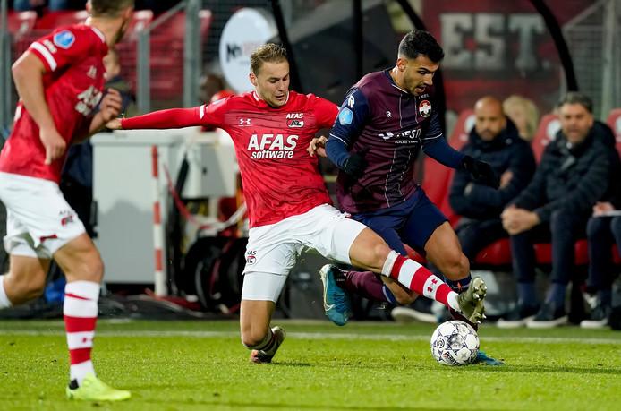 AZ-aanvoerder Teun Koopmeiners (l) in duel met Willem II-spits Vangelis Pavlidis.