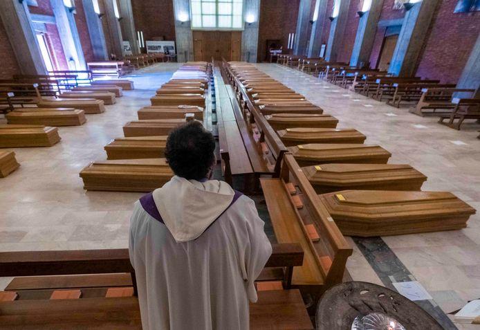 Bergamo: 45 kisten staan opgesteld in een kerk, waarna ze door het Italiaanse leger naar crematoria worden gebracht.