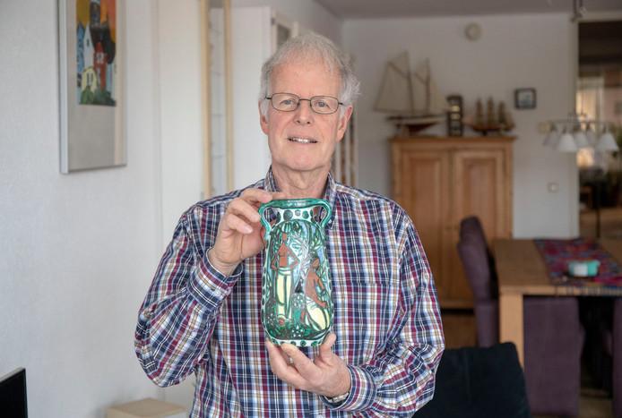 Ad de Bruin met zijn vaas.