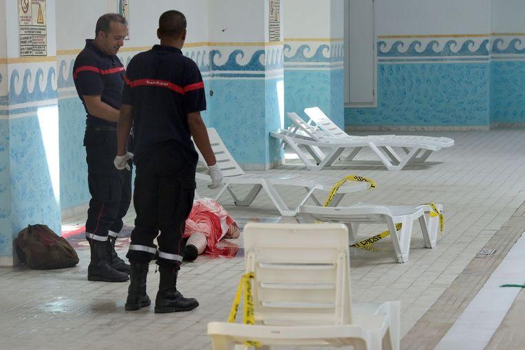 Politieagenten in het zwembad van het hotel Beeld anp