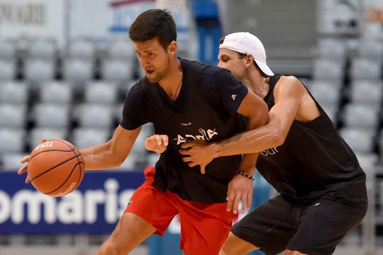 Novaj Djokovic en Grigor Dimitrov tijdens een partijtje basketbal, vorige week.