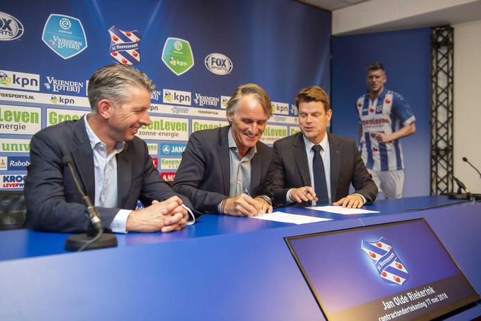 Technisch manager Gerry Hamstra, Jan Olde Riekerink en algemeen directeur Luuc Eisenga tijdens de presentatie van de nieuwe trainer van SC Heerenveen.