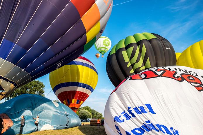 Heteluchtballonnen tijdens het opstijgen.