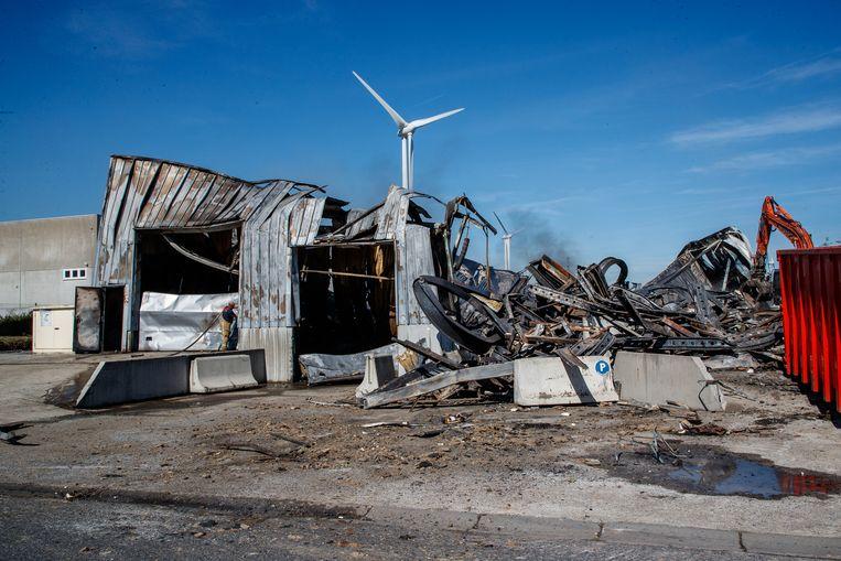 Bij daglicht, uren na de nachtelijke brand, was de schade bij Dimabel pas echt goed te zien.
