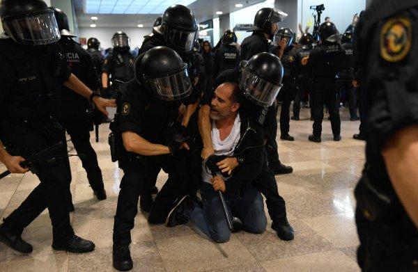 Catalaanse betogers leggen luchthavens Barcelona en Madrid lam: meer dan 50 gewonden