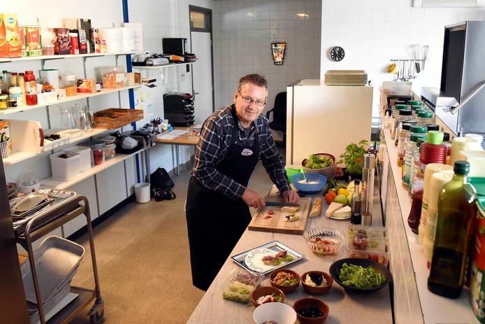 """Na het ontslag bij de gemeente Woerden probeert John Smolders er met zijn cateringbedrijf  weer bovenop te komen. ,,Zoals het nu gaat, ga ik het niet redden."""""""