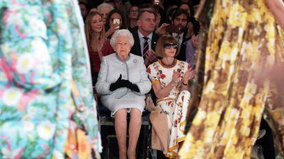 Op de eerste rij: Britse Queen zij aan zij met modekoningin