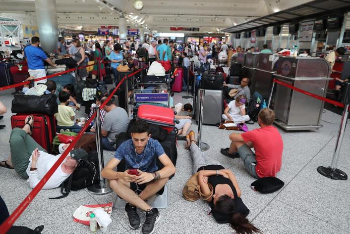 Wachtende reizigers op vliegveld Atatürk in Istanboel.