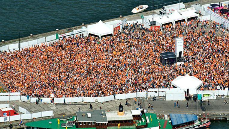 Een luchtfoto van het publiek tijdens het gratis koninginnedagfeest van Slam!FM op het Java-eiland in Amsterdam. Beeld FOTO ANP