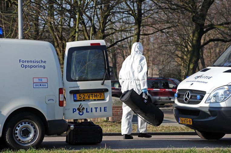 Beeld uit 2011: forensisch onderzoekers bij de plek in Oost waar topcrimineel Stanley Hillis werd neergeschoten Beeld anp