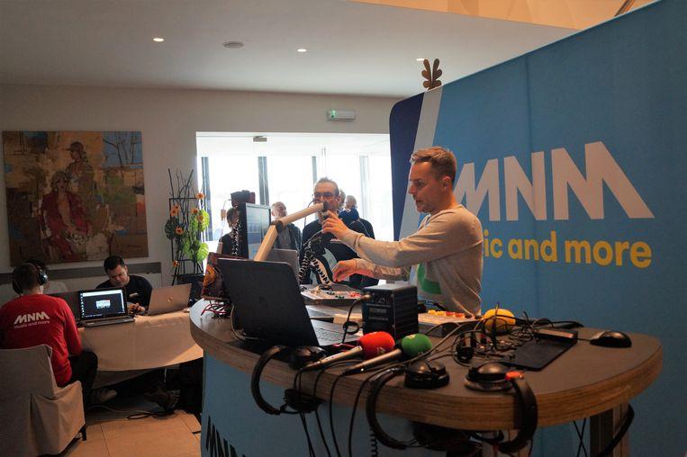 Peter Van de Veire zond vrijdag tussen 6 en 9 uur live uit vanuit een mobiele radiostudio in de Shamrock.