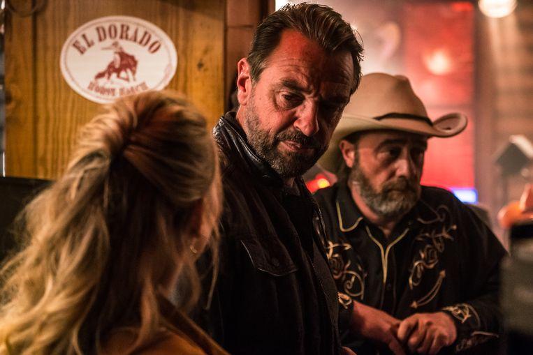 Rechercheur Bob (Tom Waes, midden) op jacht naar informatie in de bar van El Dorado. Beeld VRT