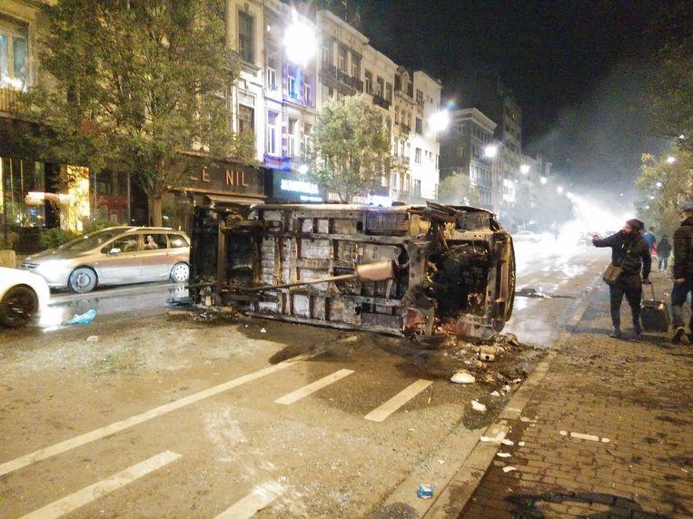 Uitgebrande wagen in de Brusselse Lemonnierlaan.