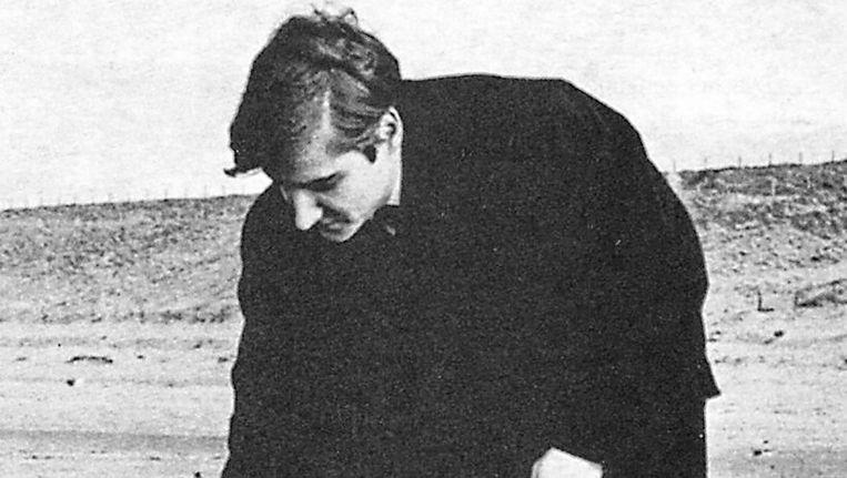 Wim T. Schippers aan zee bij Petten, 1961. Beeld Theaterinstituut