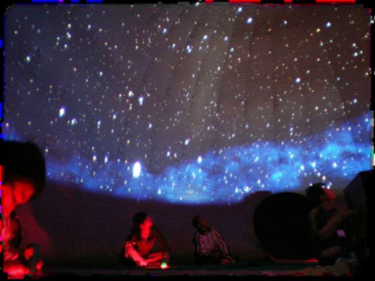 Sterrenkijken in een opblaasbaar planetarium.