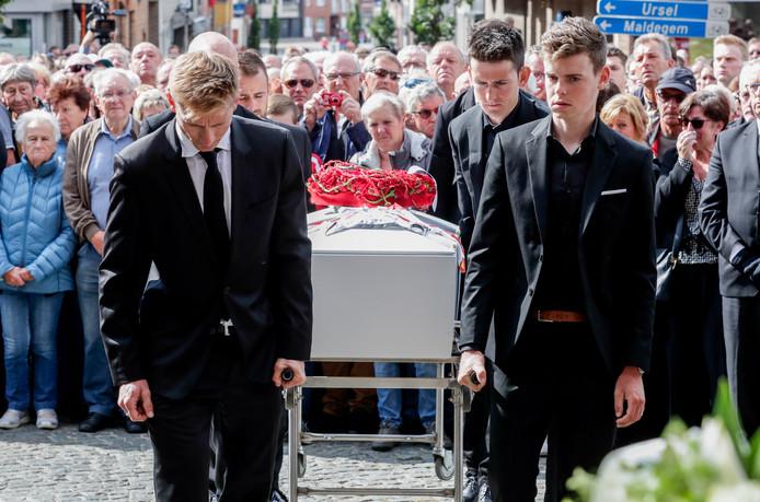 Les funérailles de Bjorg Lambrecht mardi à l'église de St-Willibrordus à Knesselare, en Flandre Orientale près de Bruges, ont vu sa famille, ses amis, ses sympathisants lui rendre un dernier hommage.