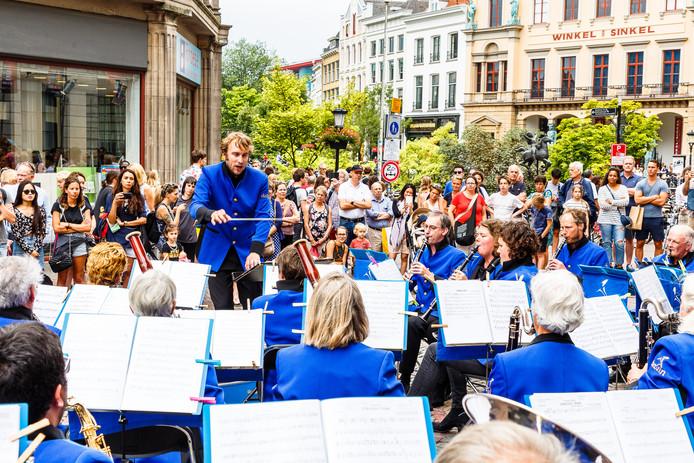 De Utrechtse muziekvereniging De Bazuin tijdens een optreden op de Stadhuisbrug, vorig jaar tijdens Utrecht Blaast Buiten.