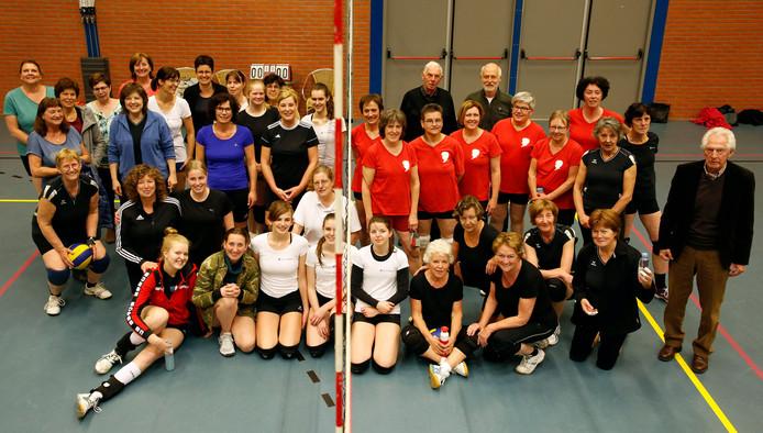 Gerrit Naessens (rechts) met de teams die nog wél meedoen aan de competitie.